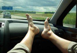 Le gambe all'aria … in automobile