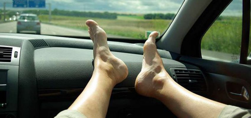 Le gambe all'aria … in automobile