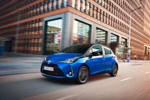 2017-toyota-yaris-hybrid-blue-dynamic-23