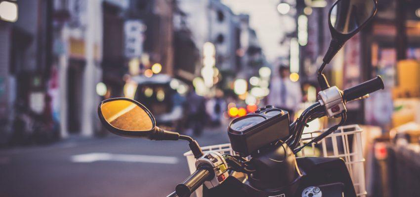 Moto e scooter a Roma: diminuiscono gli incidenti, ma buche e tombini fanno paura