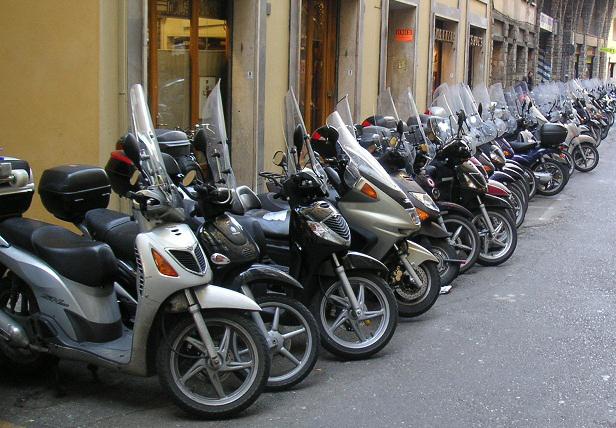 Scooter-parcheggiati-a-firenze-in-strada